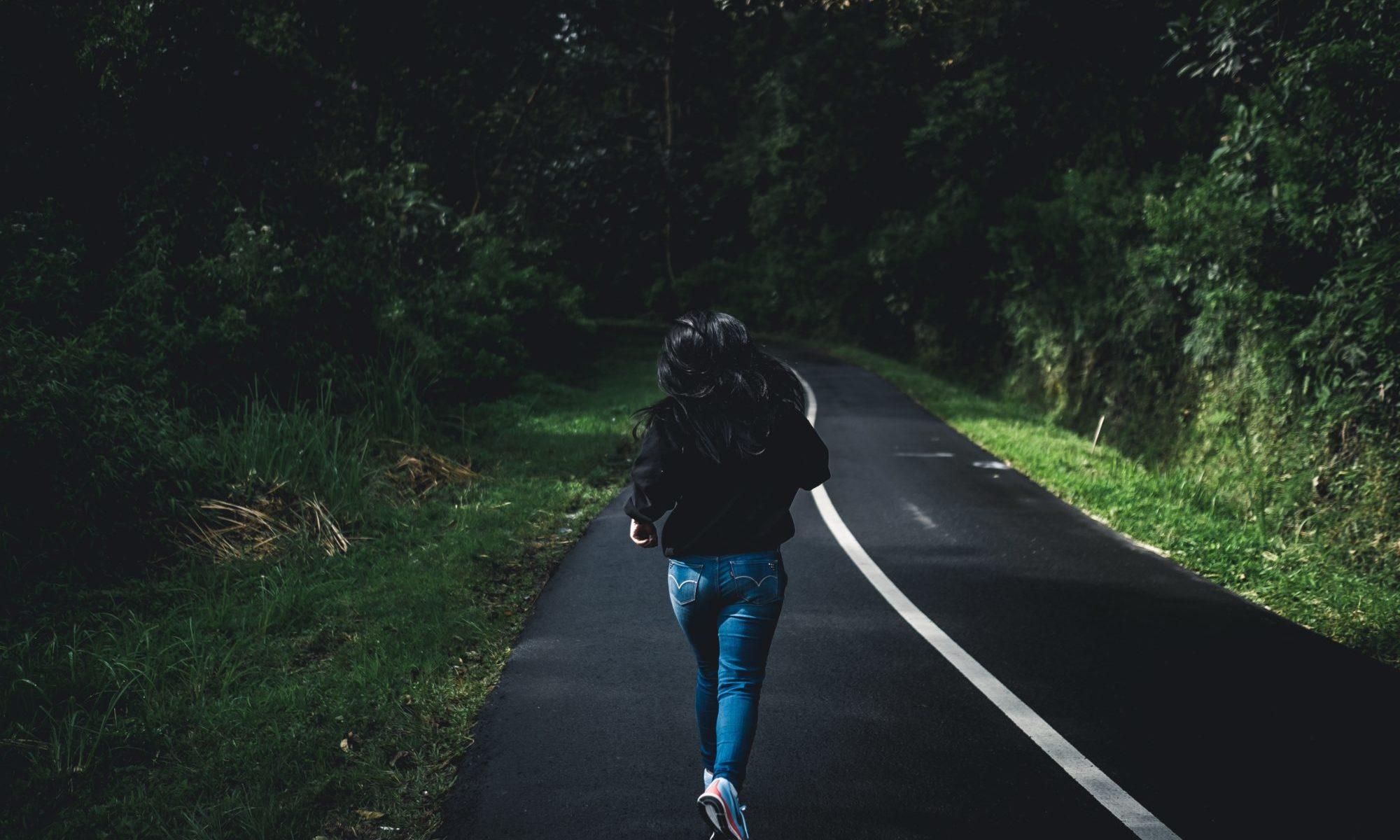 道路を走る人
