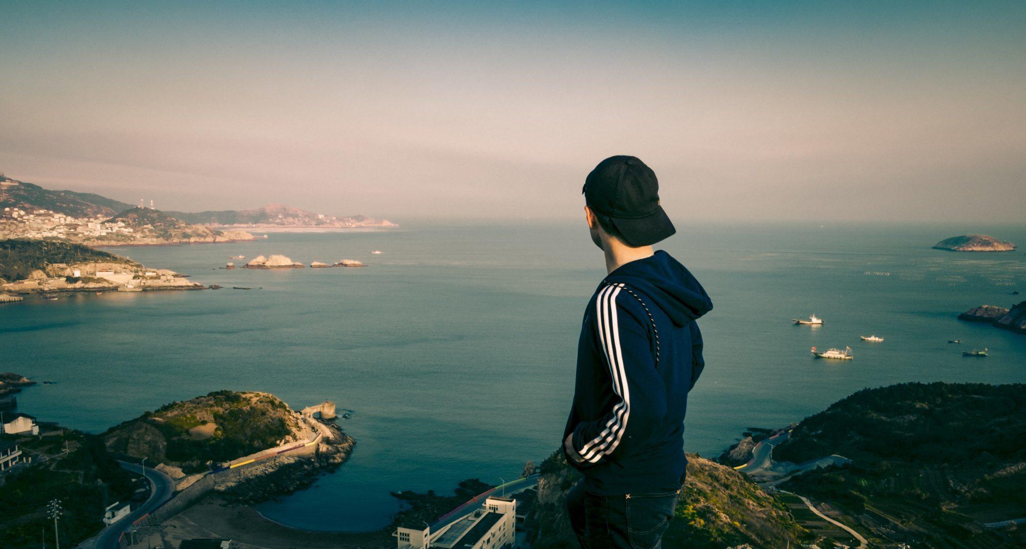 海をみる男