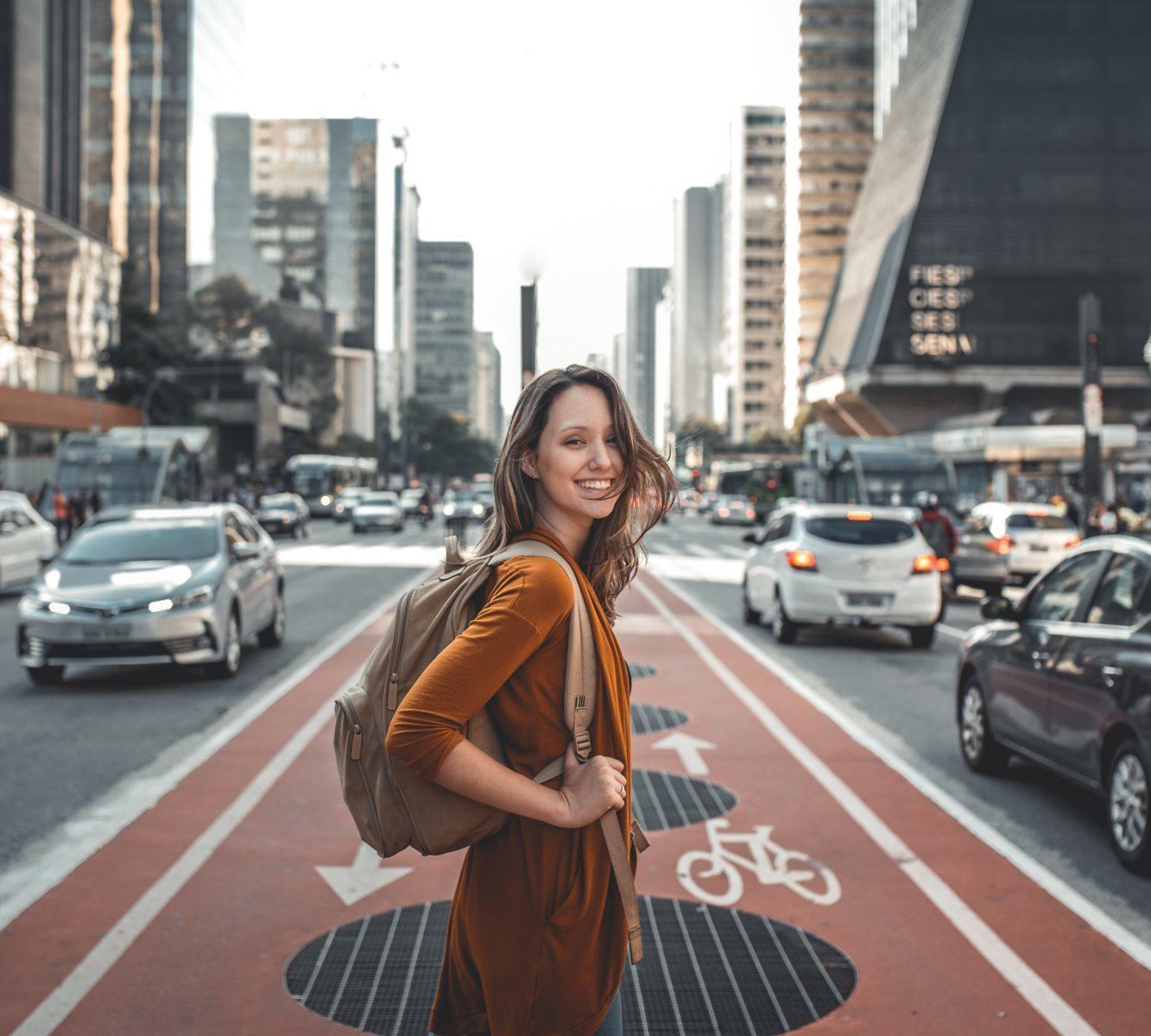 道路でバッグを背負う女性