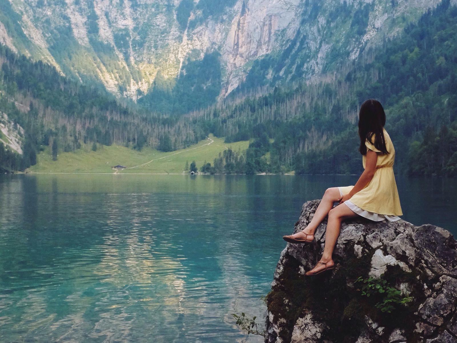 湖を見る女