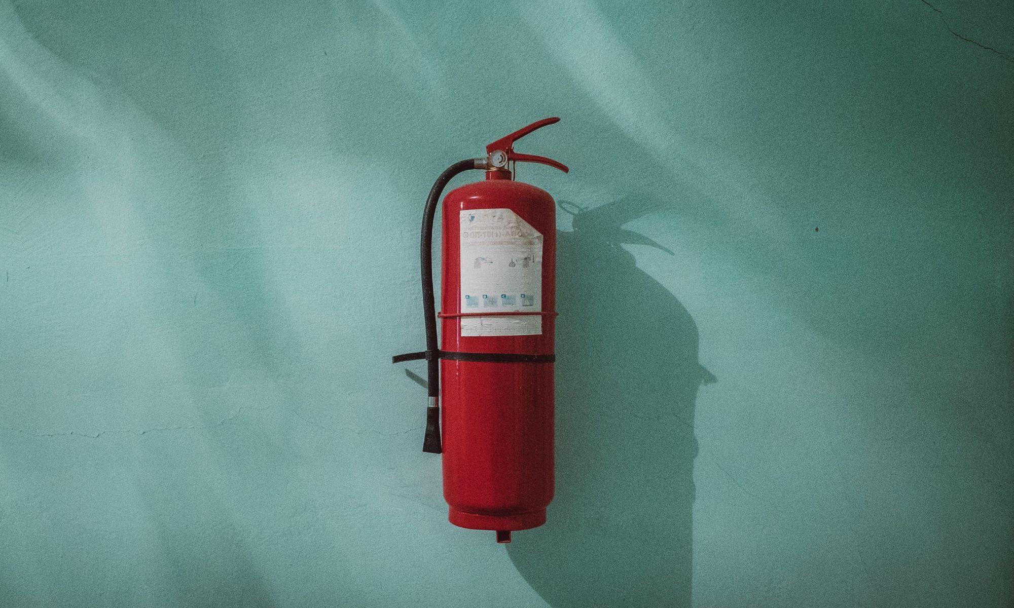 緑の壁に消火器