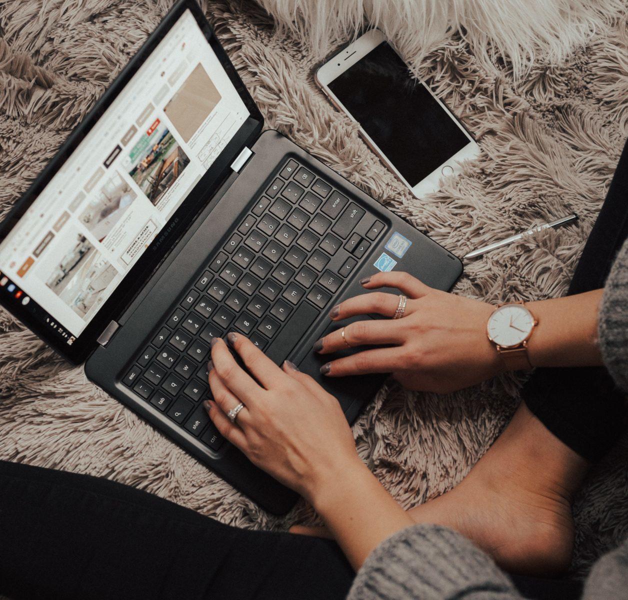 ノートパソコンとアイフォン