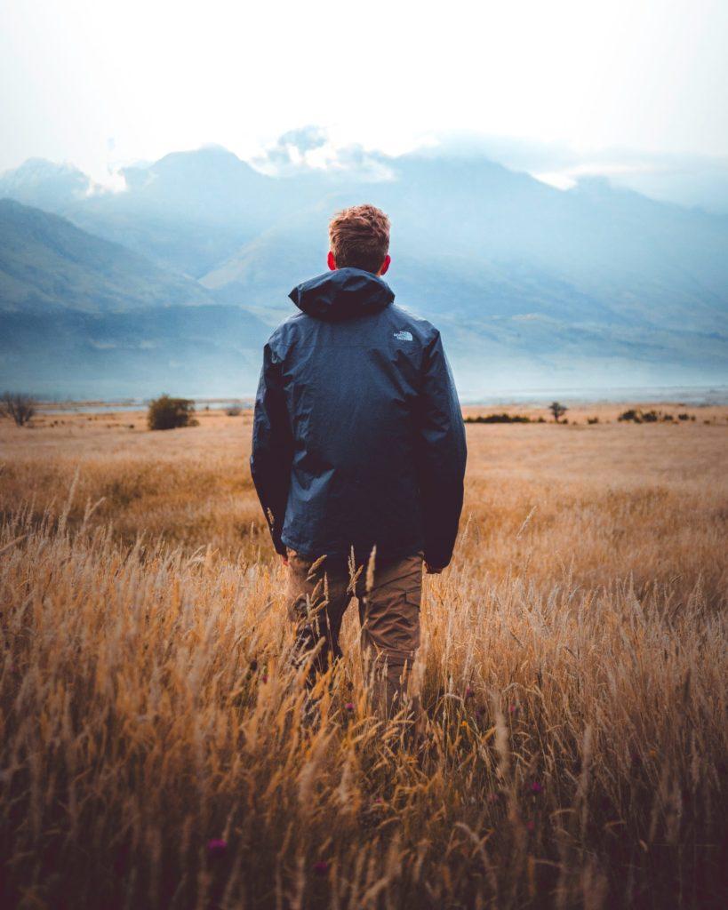 草原に立つ男