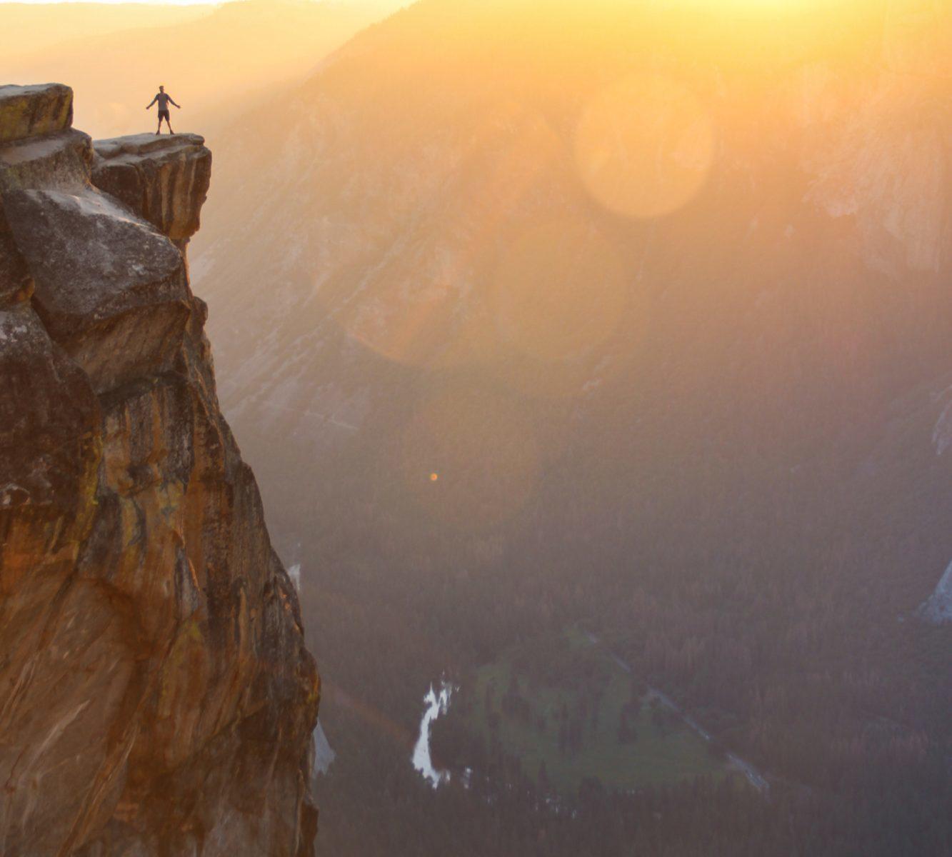 崖にいる男