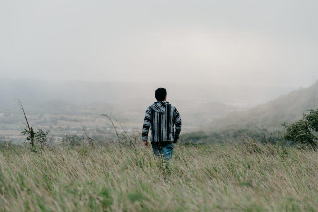 草原を歩く男