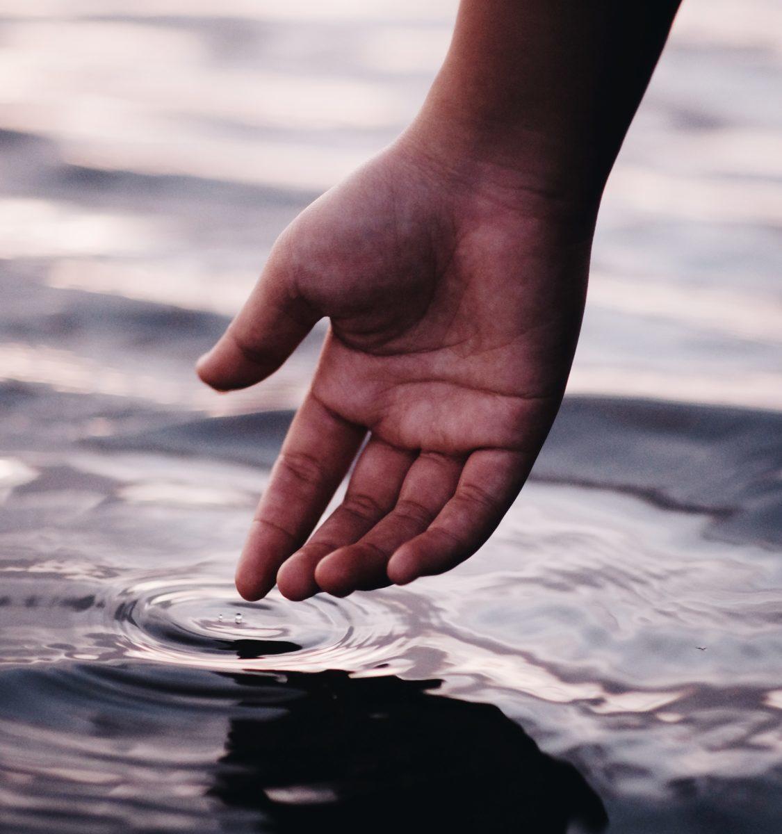 手を水につける