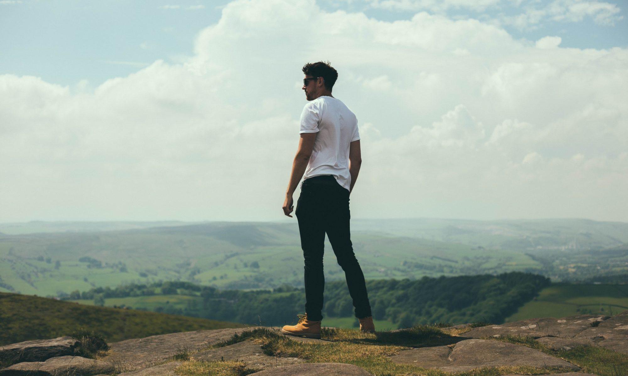 山を見下す男