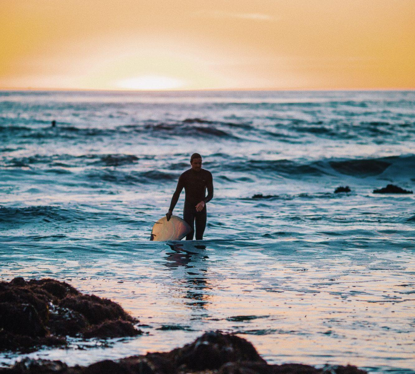 サーフィンする男