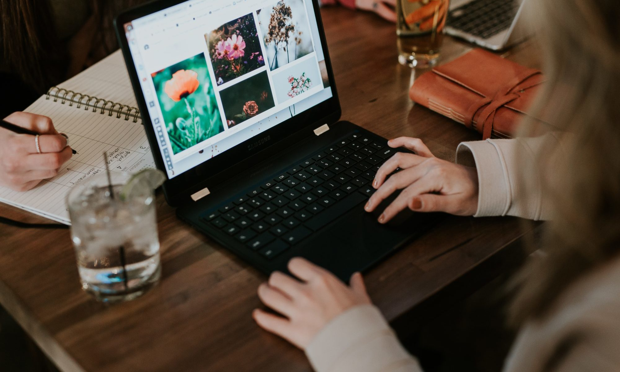パソコンをみる女