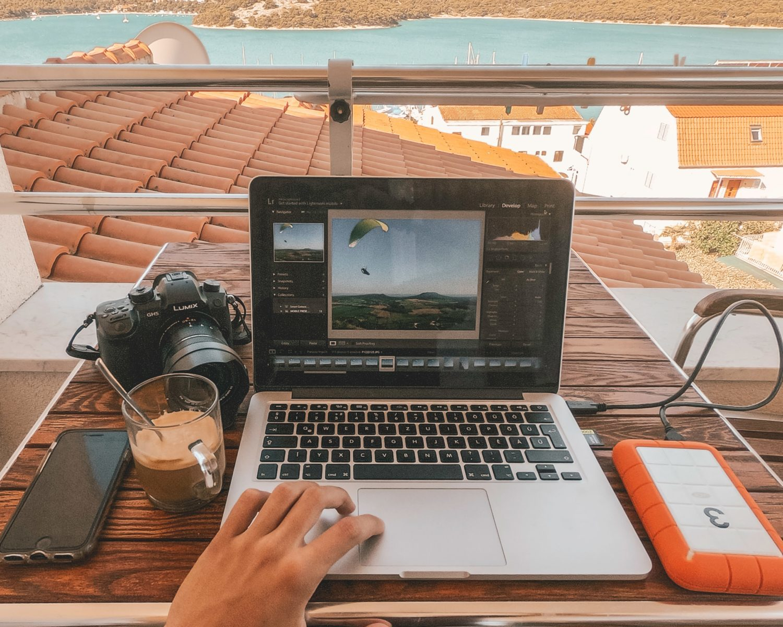 ノートパソコンと景色