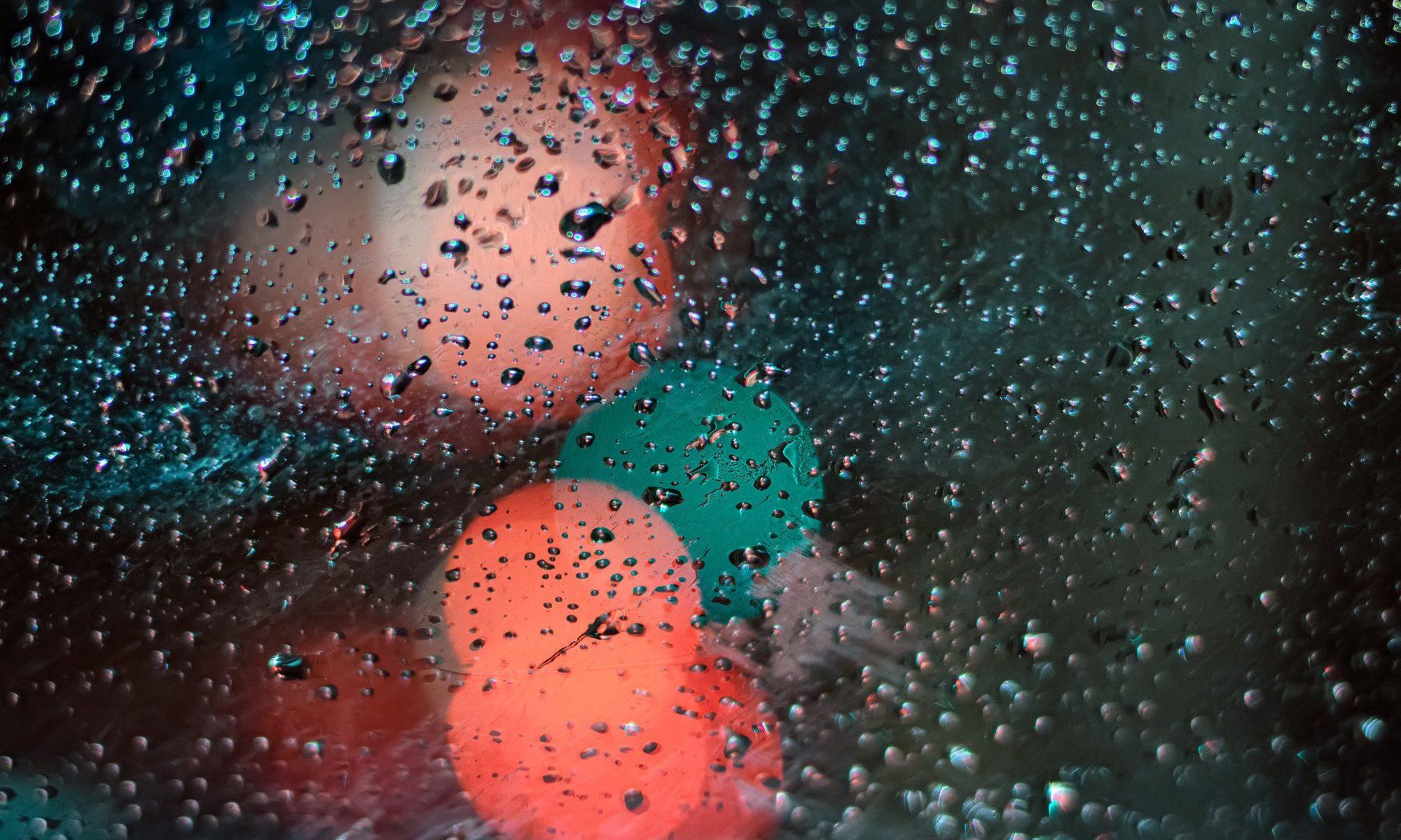ガラスにつく雨