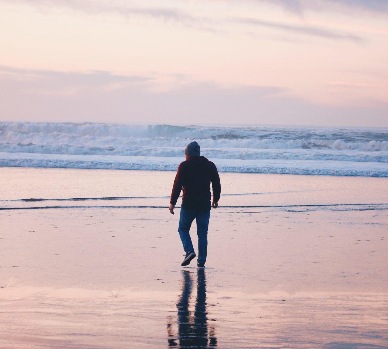 湖を歩く男