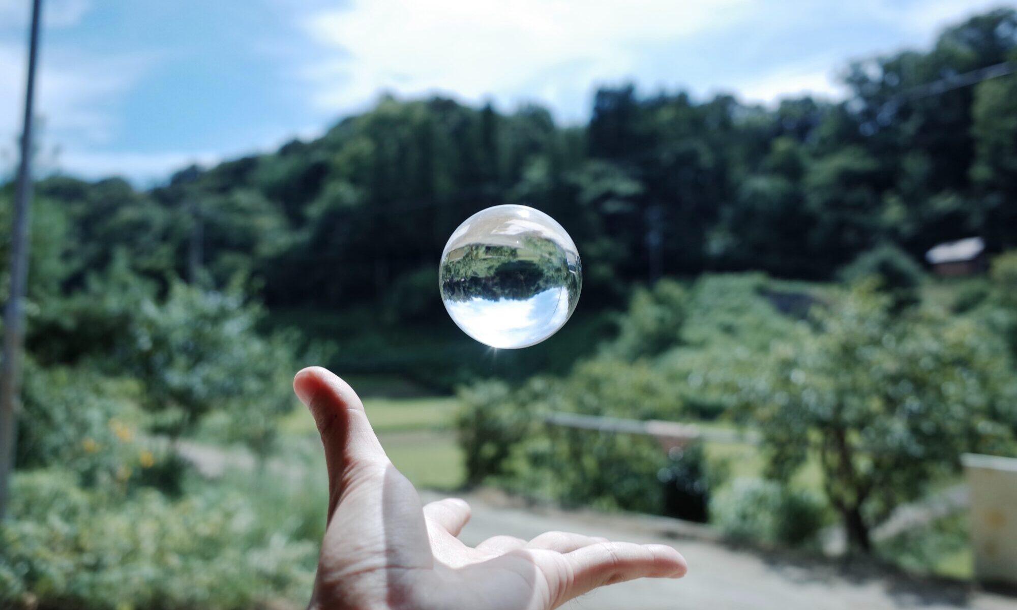 手と水晶玉